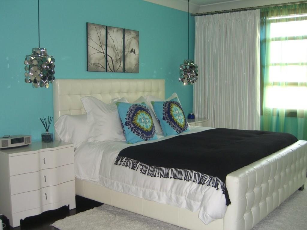 Спальня с бирюзовыми обоями