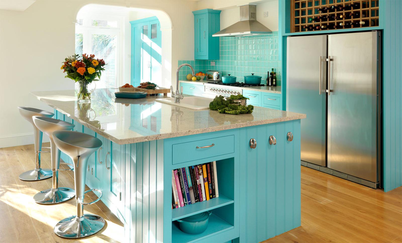 Бирюзовый цвет на кухне с островом