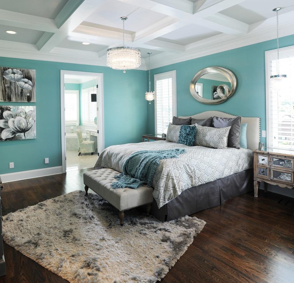 Спальня с нежно-бирюзовыми стенами и белым потолком