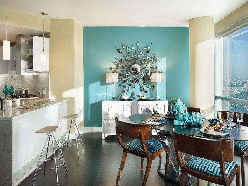 Бежево-бирюзовый интерьер в квартире-студии
