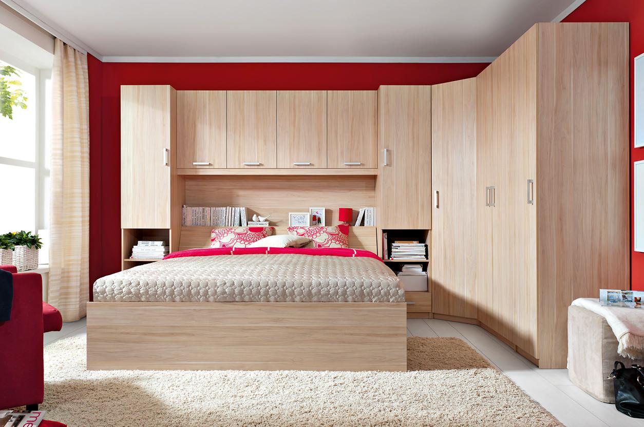 Угловой шкаф в интерьере спальни под бук