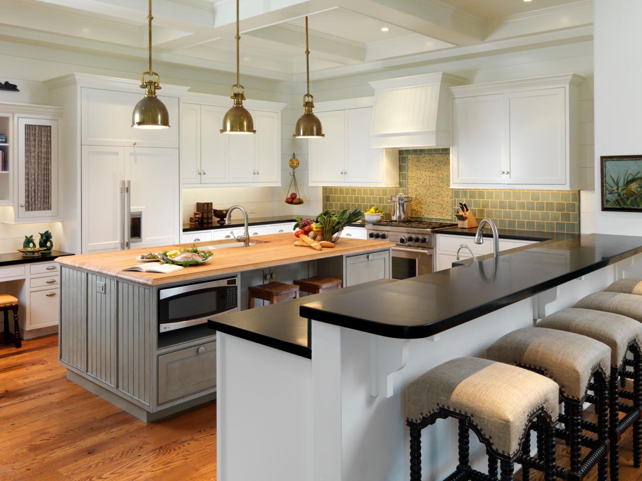 Дизайн кухни с барной стойкой и черной столешницей