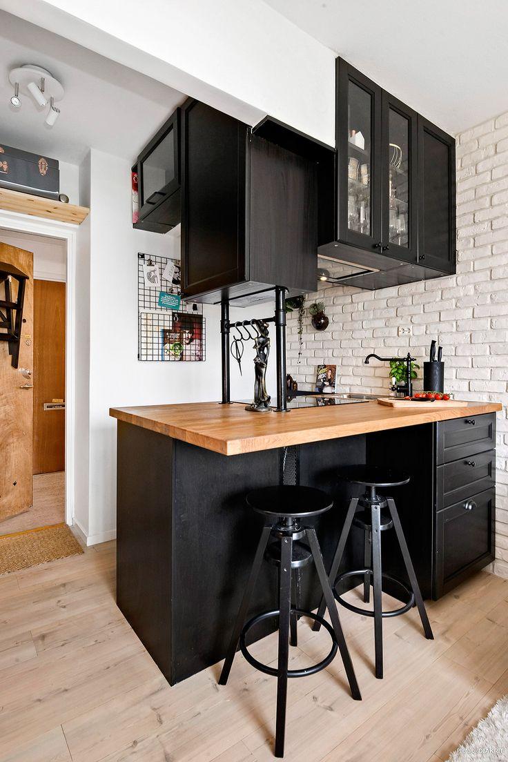 Дизайн кухни с барной стойкой черный