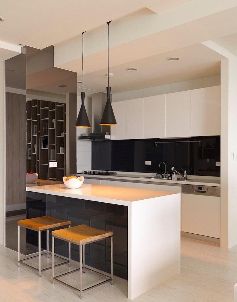 Дизайн кухни с барной стойкой черно-белый