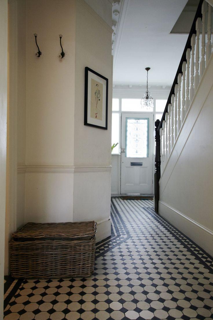 Прихожая в частном доме с черно-белой плиткой