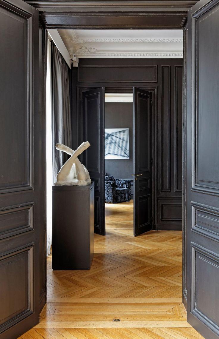 Темная классическая дверь