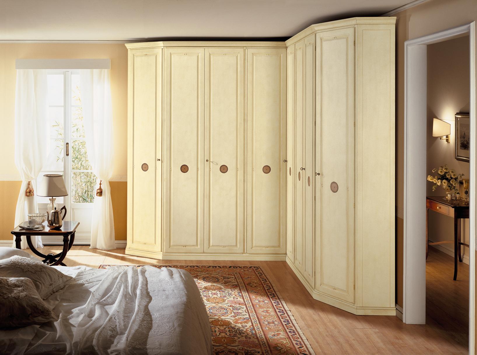 Угловой шкаф в интерьере спальни классический