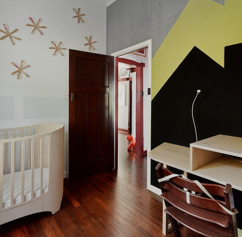 Коричневый ламинат в детской под дверь цвета венге