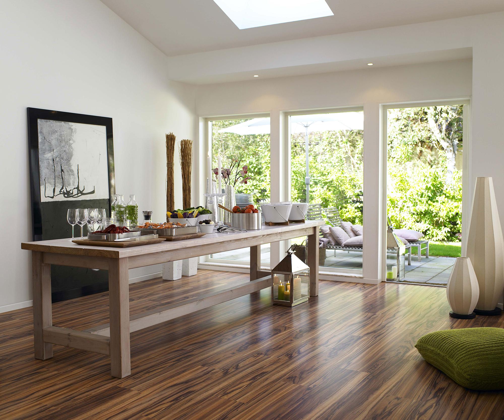 Стеклянные двери и коричневый ламинат под дерево в столовой