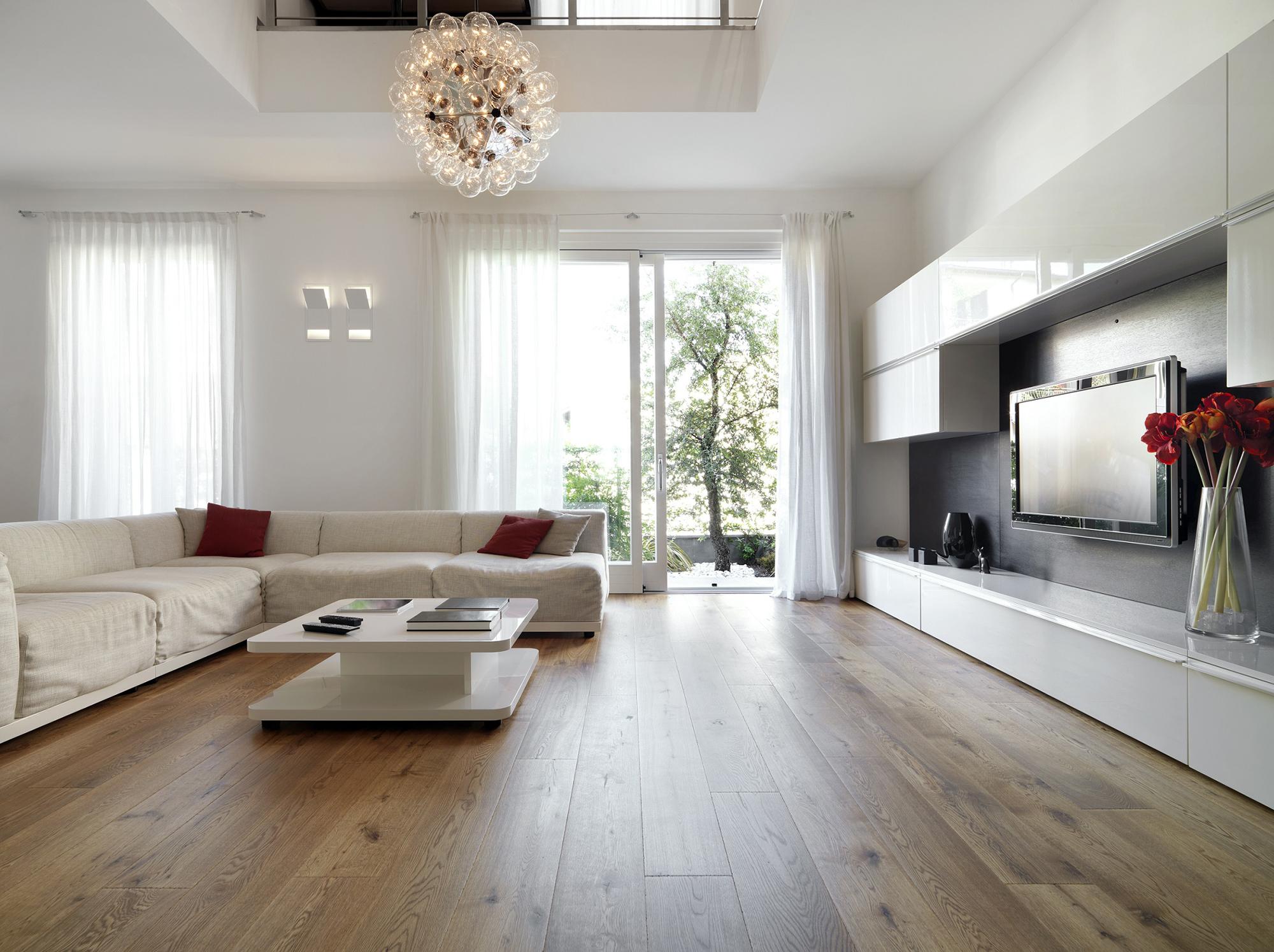 Светло-коричневый ламинат и стеклянные двери в комнате