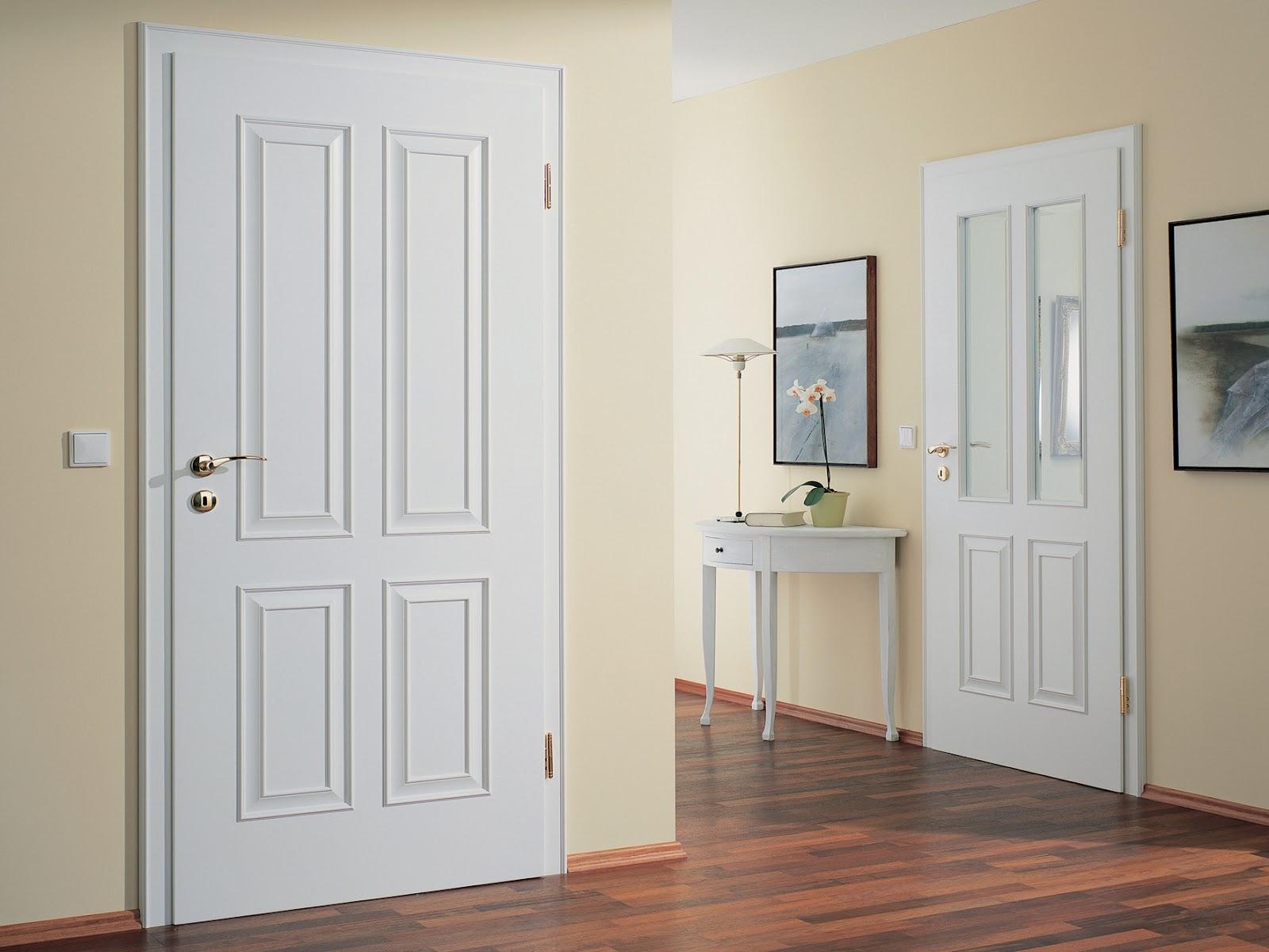 Белые двери и коричневый ламинат в коридоре
