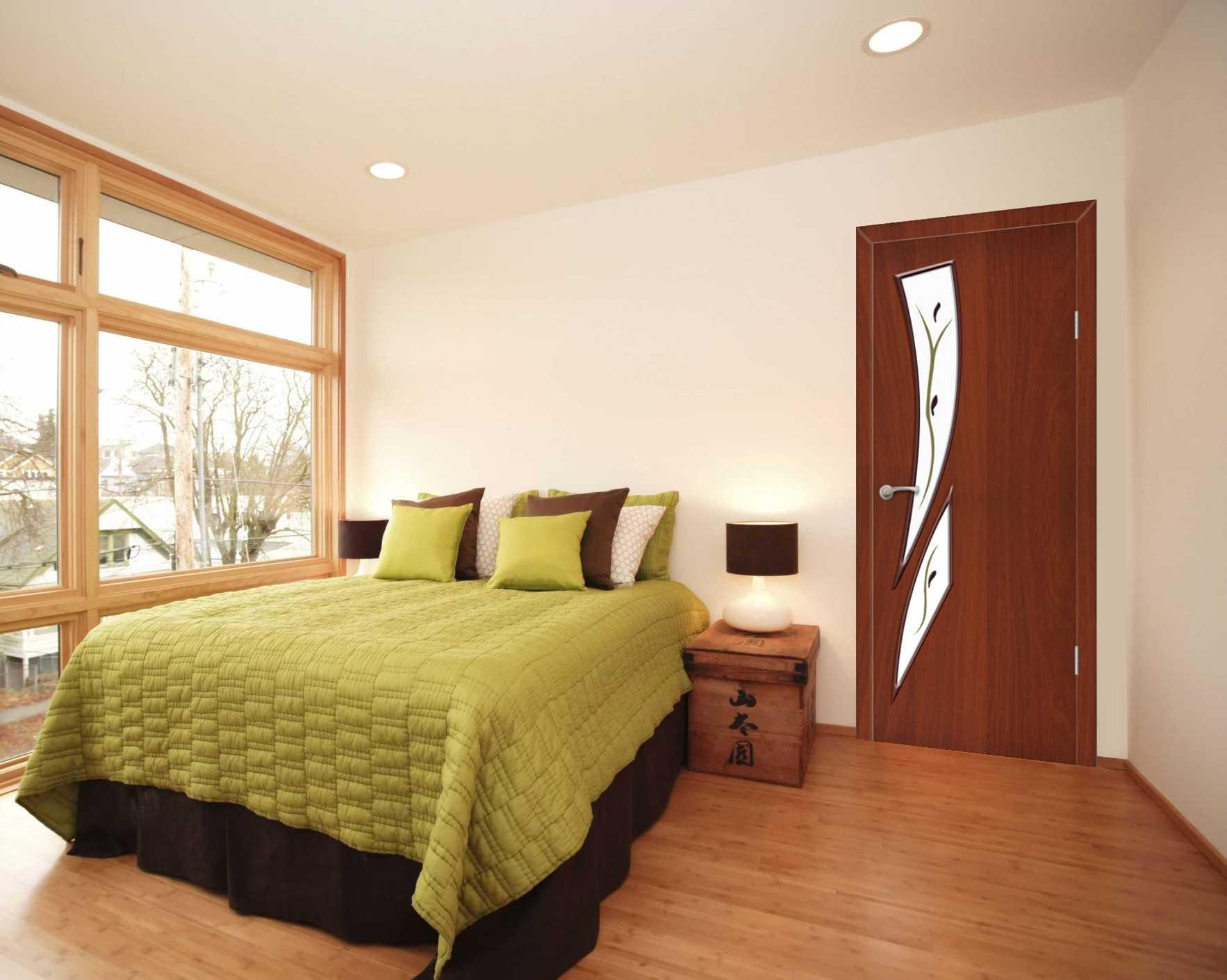 Коричневый ламинат и более темная дверь в спальне