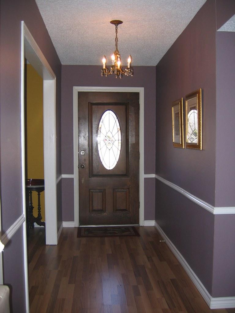 Темно-коричневая входная дверь и ламинат