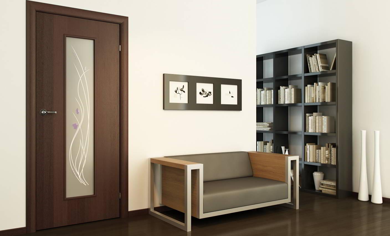 Темные ламинат и дверь в гостиной