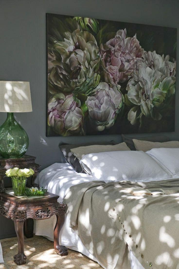 Картина с цветами над кроватью в спальне