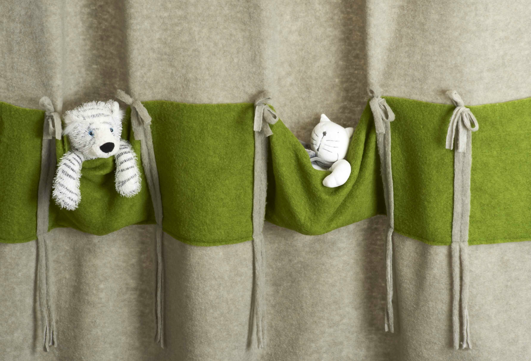Дизайн штор для детской комнаты с декором