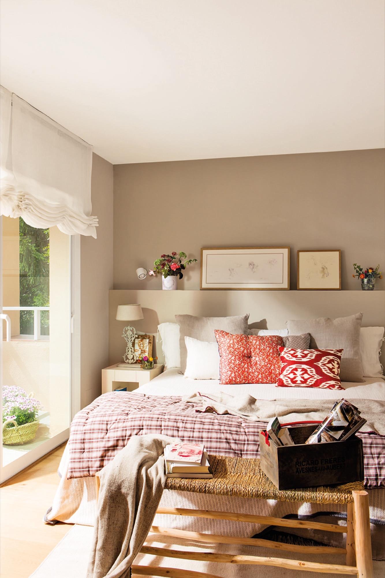 Декоративные картины над кроватью в спальне