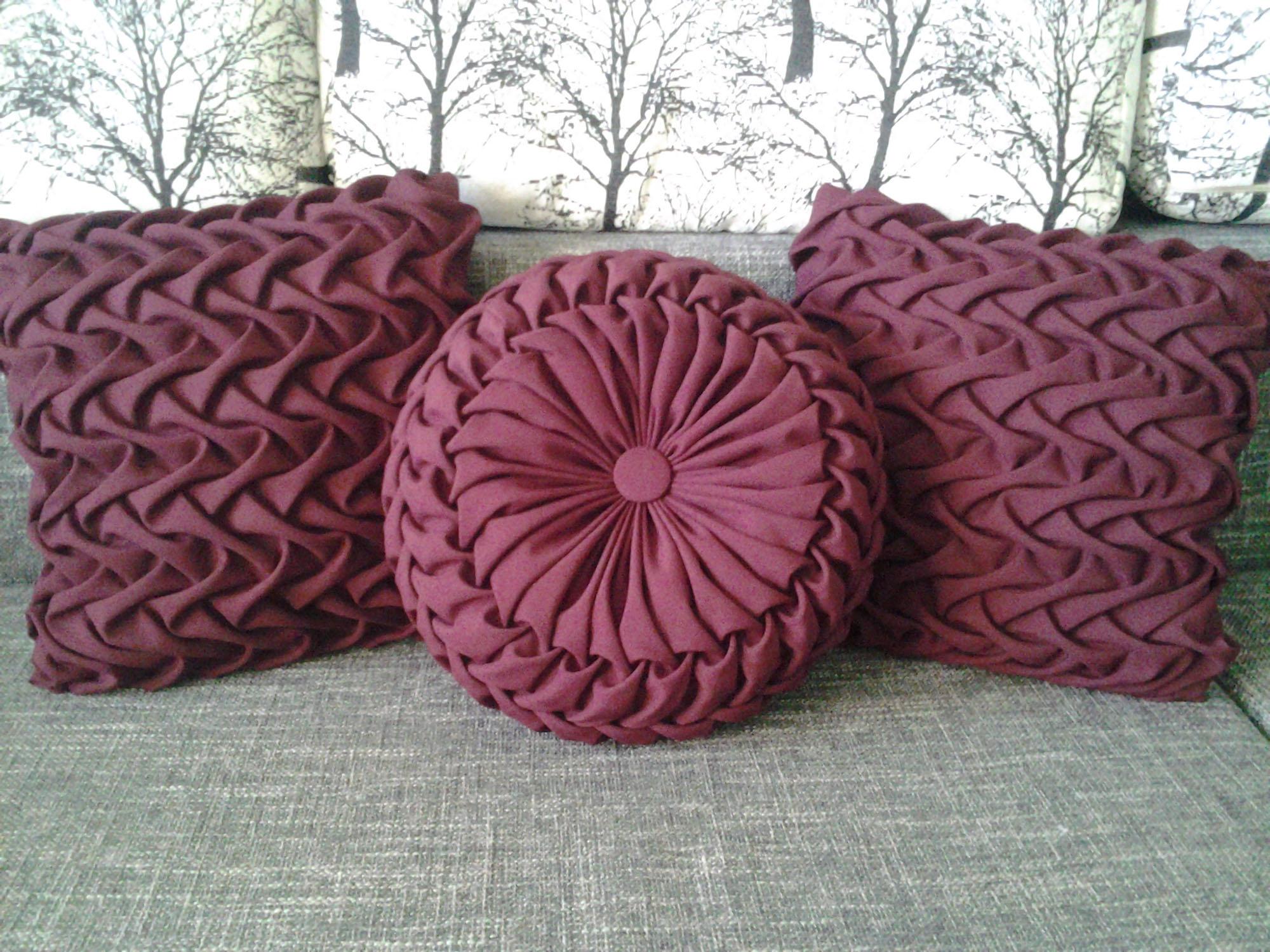 Однотонные бордовые подушки с драпировкой