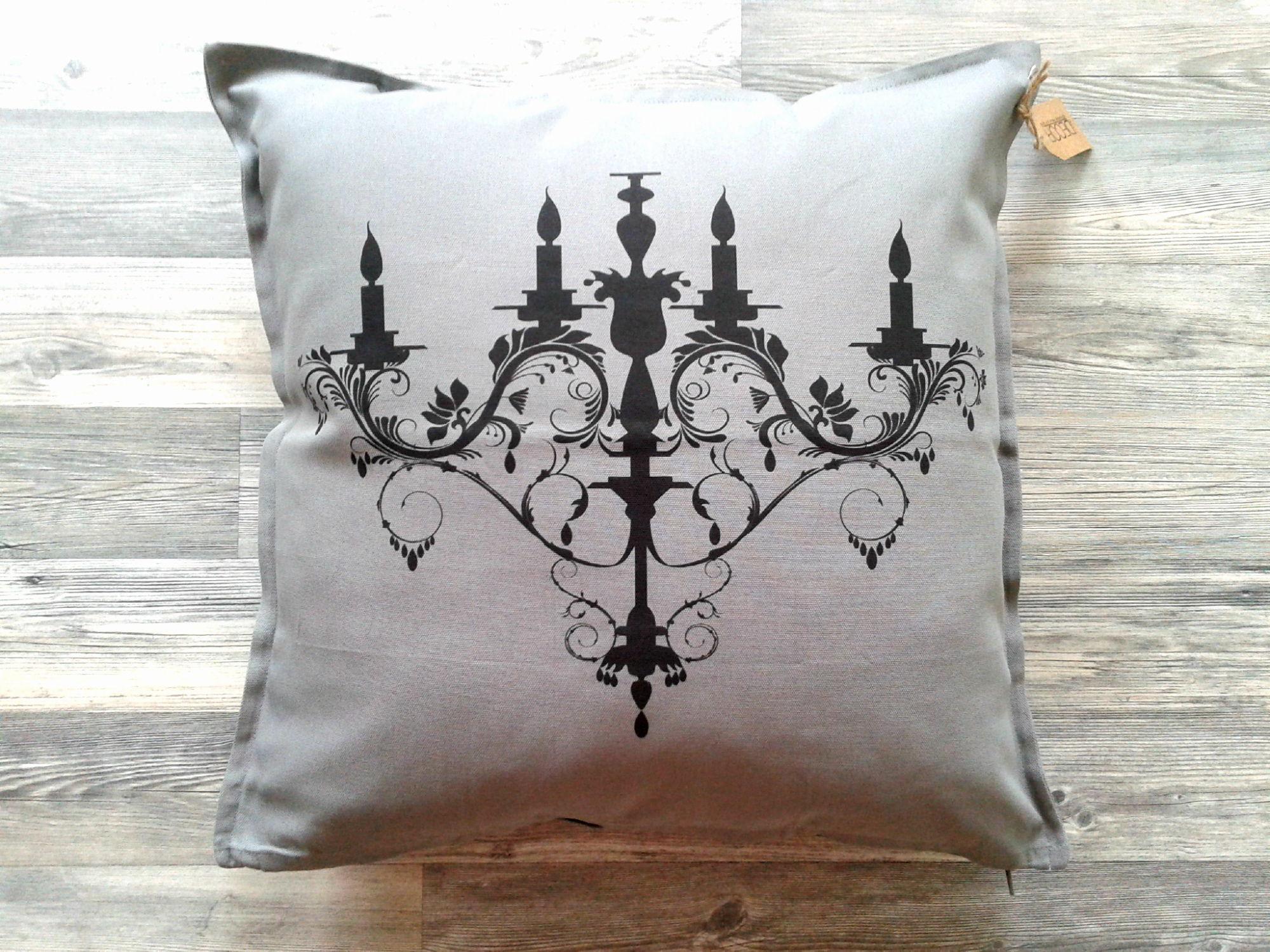 Такая подушка отлично подойдет для классического интерьера