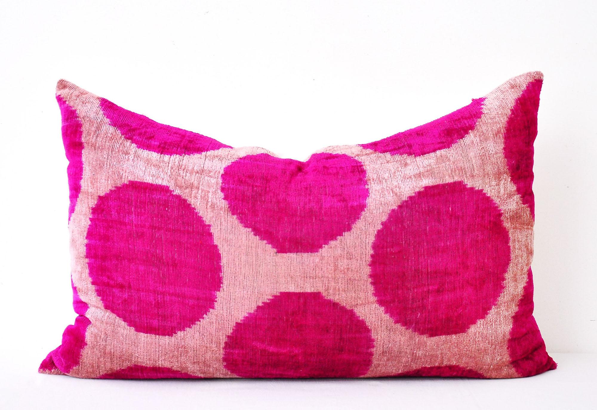 Яркая розовая декоративная подушка с кружками