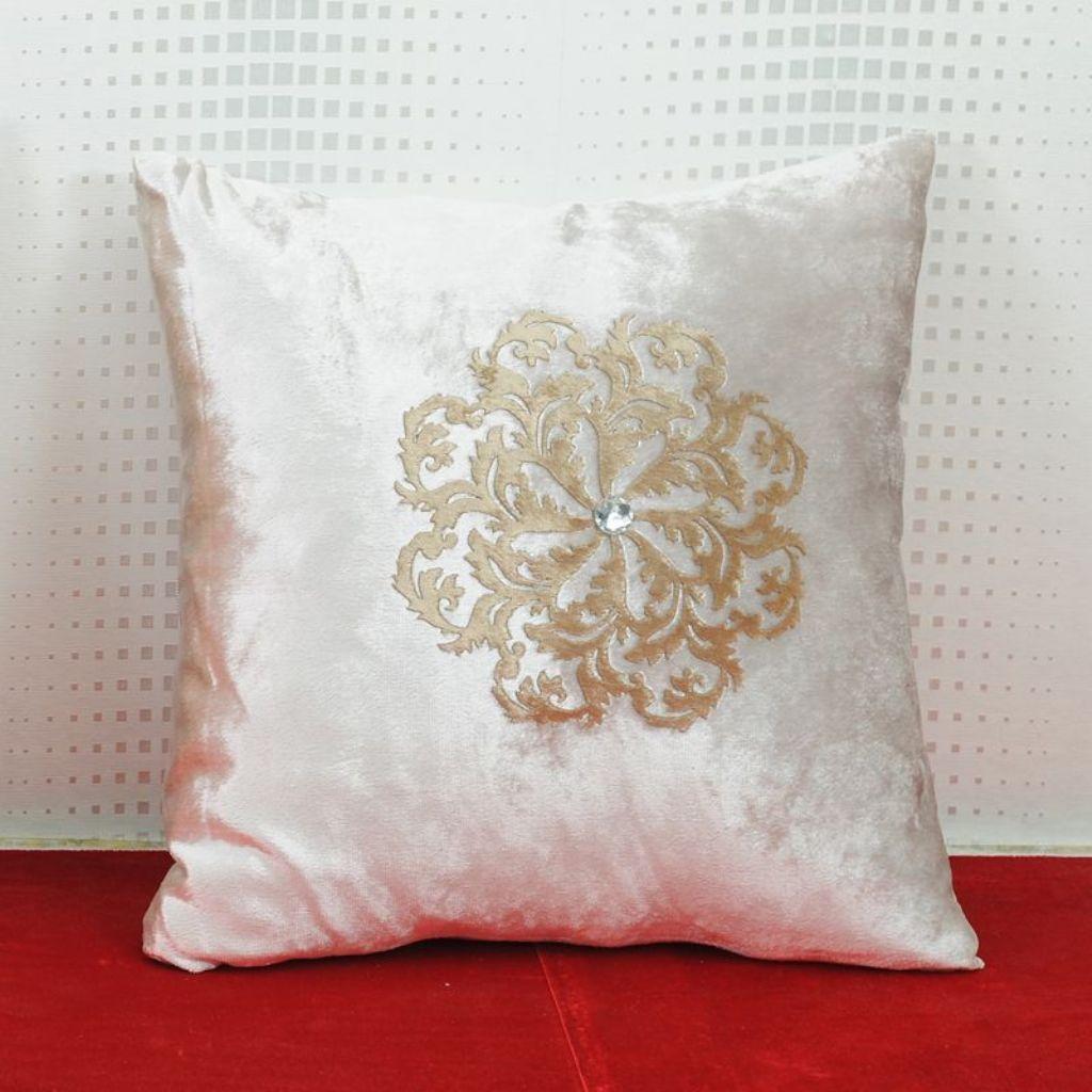 Атласная подушка подойдет для украшения классического интерьера