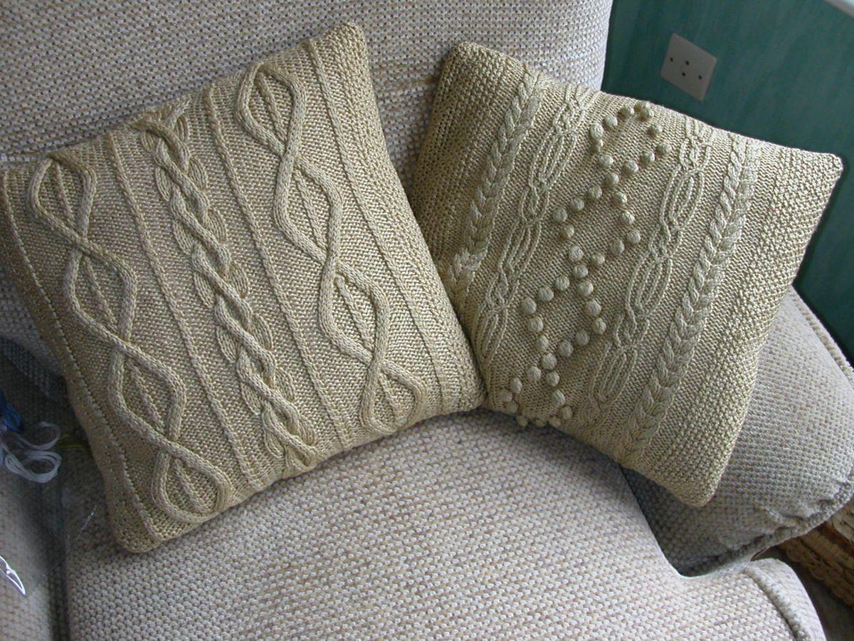 Декоративные подушки с вязаными чехлами добавят уюта в ваш интерьер