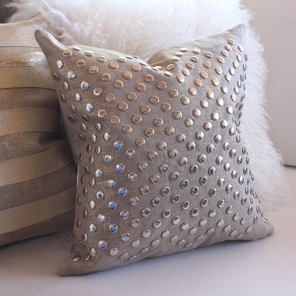 Современная серая подушка с металлическими заклепками
