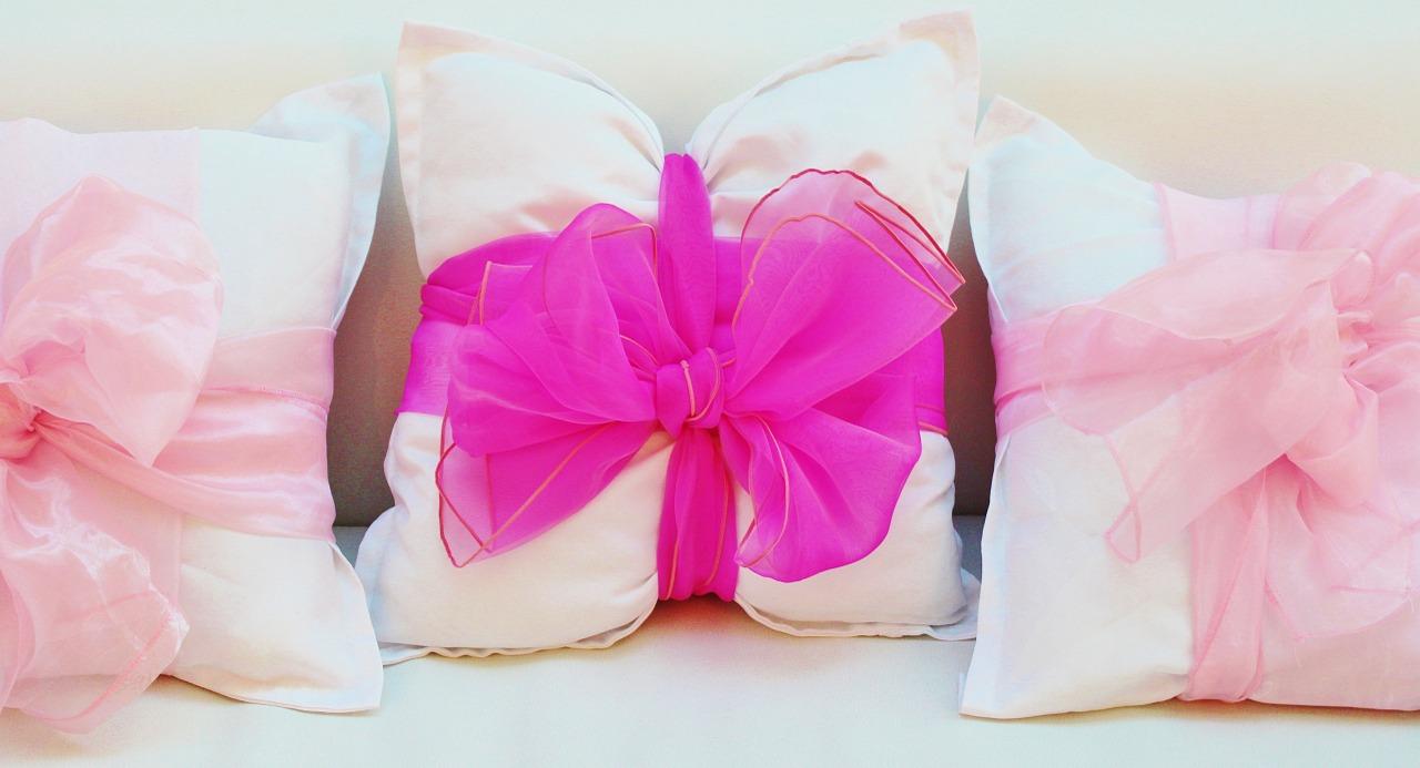 Перевяжите подушку яркой лентой - и декоративное украшение для интерьера готово