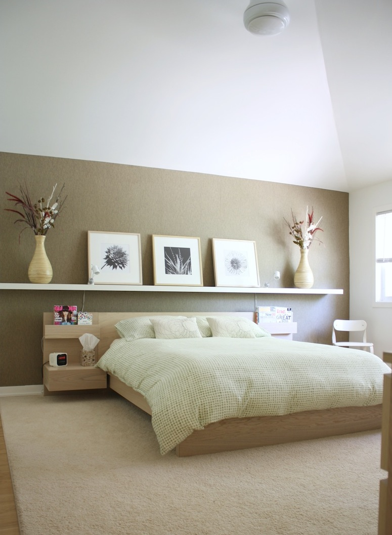 Картины в деревянной раме над кроватью в спальне