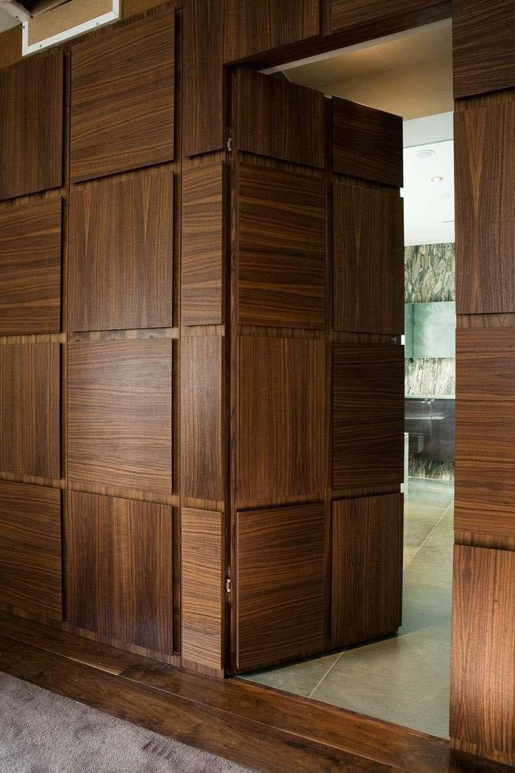 Темная деревянная дверь