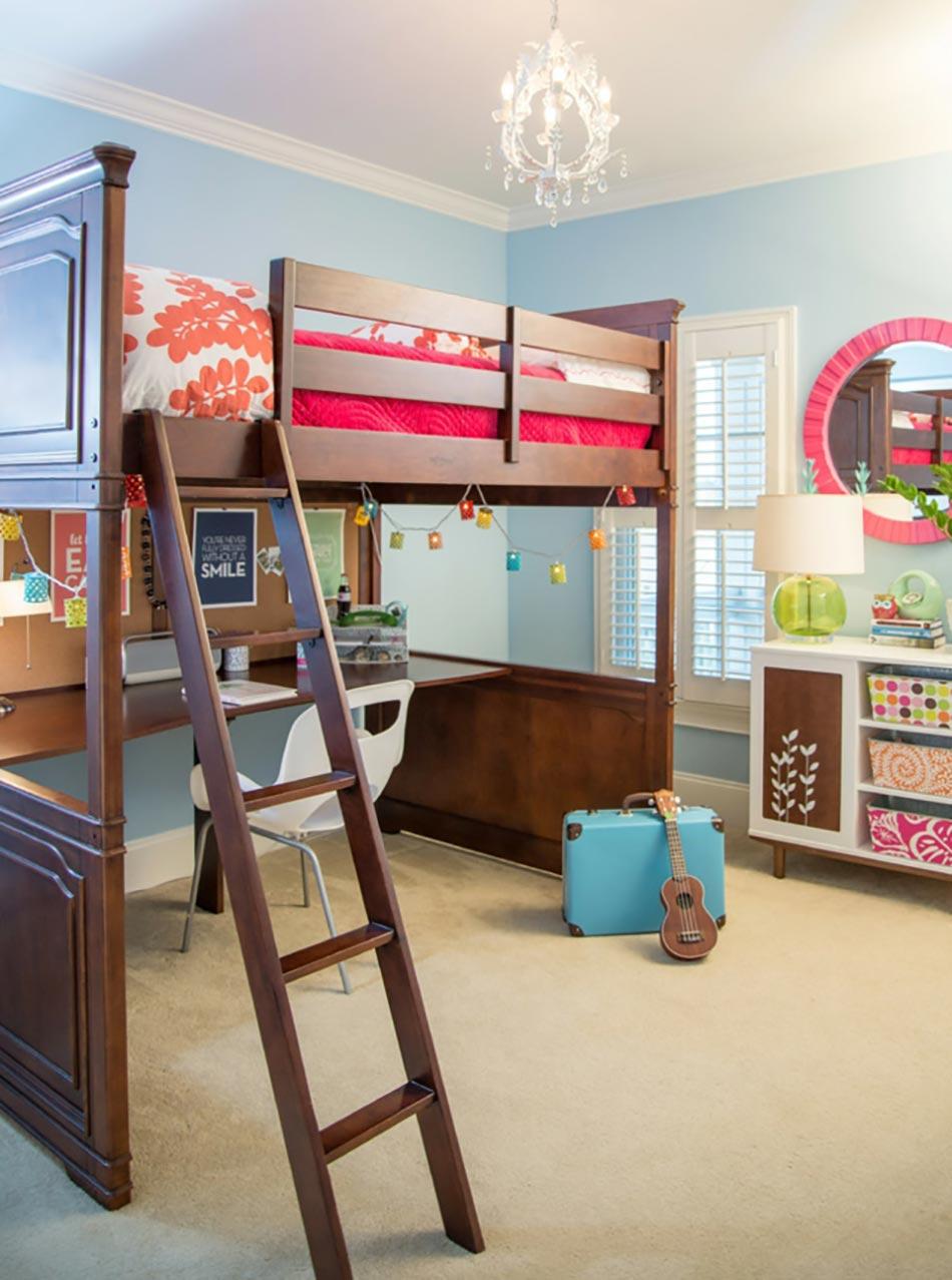 Двухъярусная детская кровать в комнате