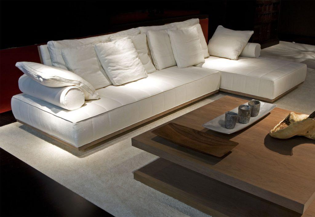 Белый модульный диван в большой гостиной