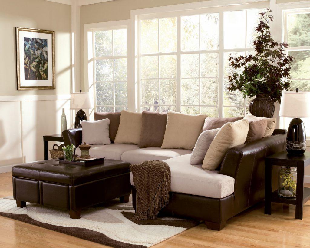 Коричнево-бежевый угловой диван в гостиной