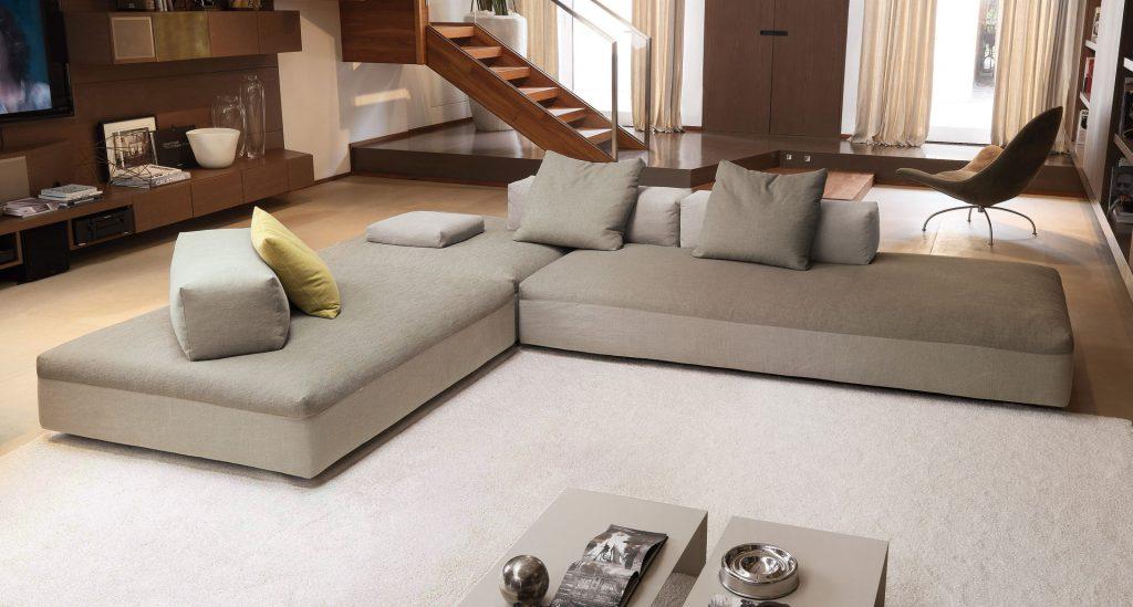 Большой серый модульный диван в гостиной