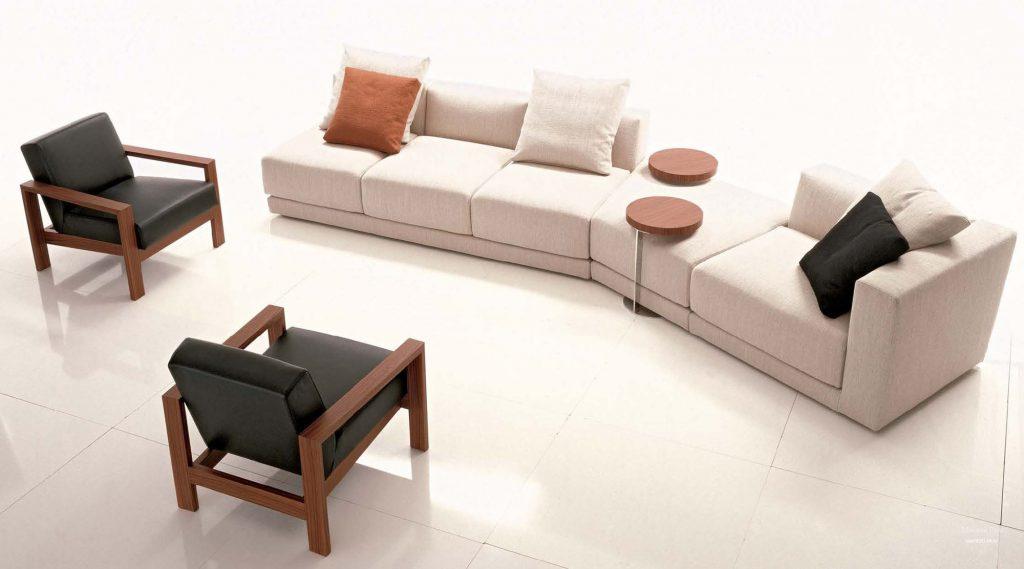 Бежевый модульный диван с удобными подставками для еды и напитков