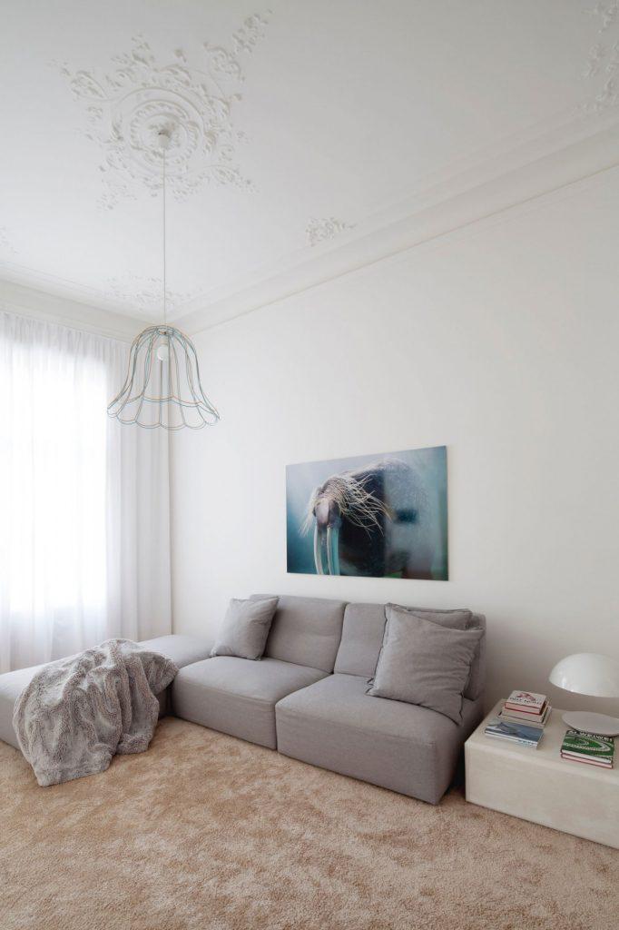 Серый мини диван в просторной белой гостиной
