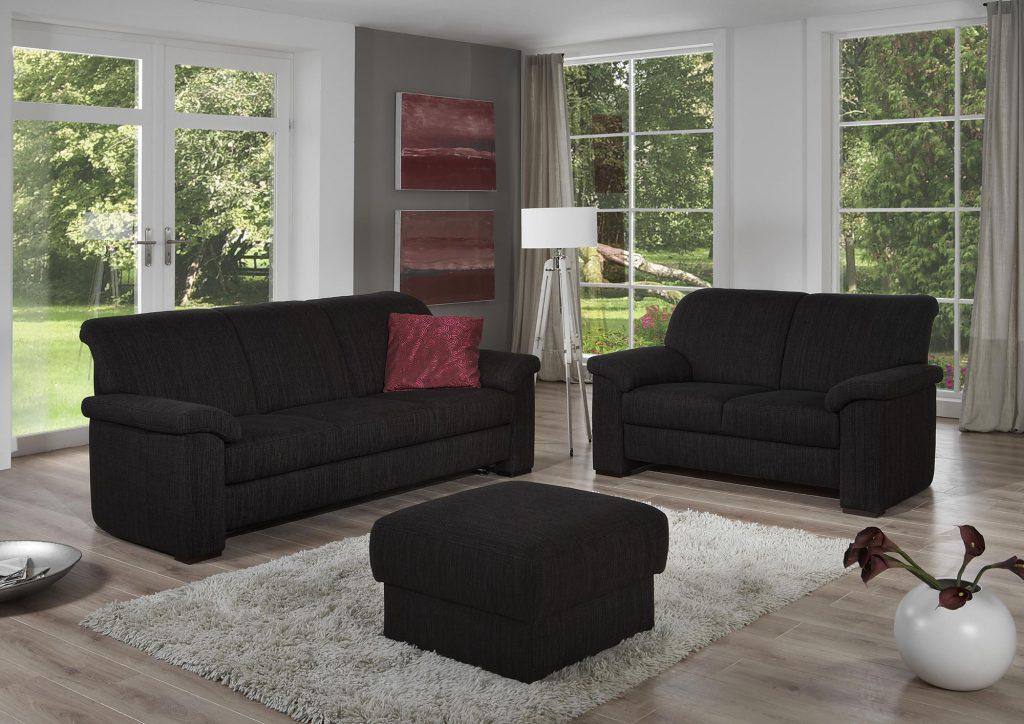 Два черных дивана и пуфик в гостиной