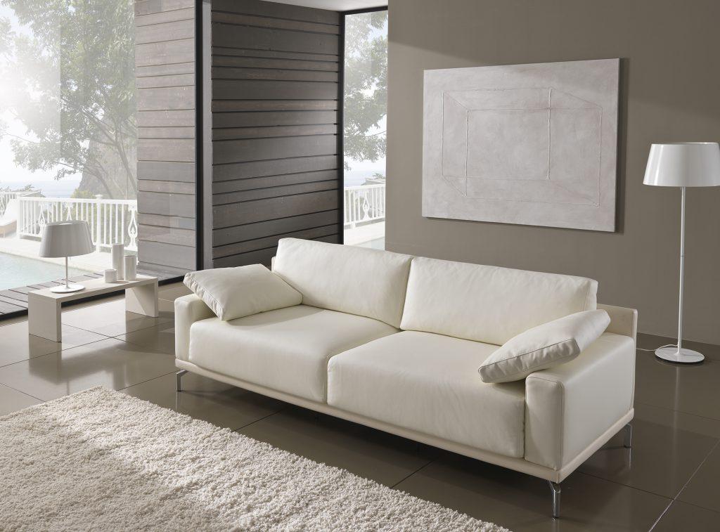 Минималистичный белый диван в гостиной в стиле хай-тек