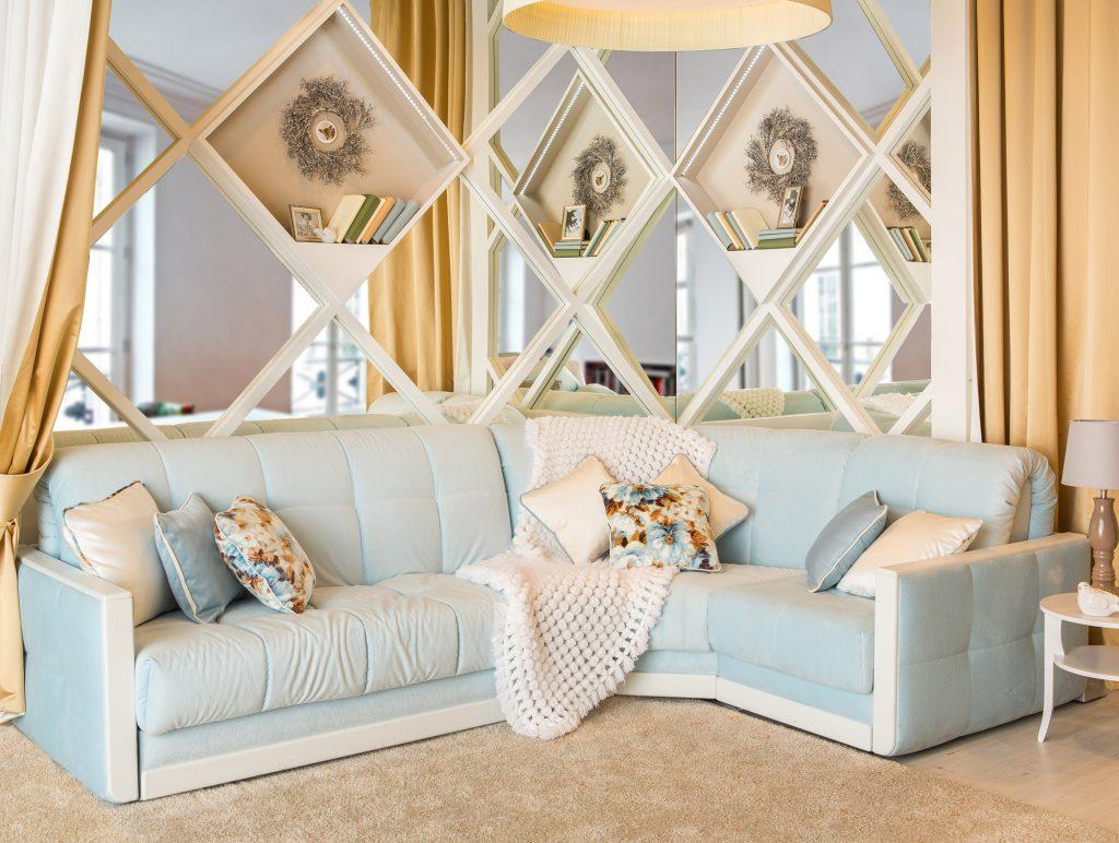 Бело-голубой диван в гостиной в стиле прованс