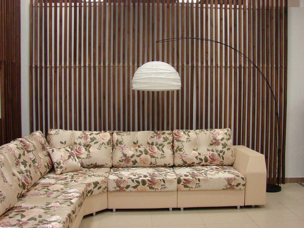 Большой кремовый диван с цветочным рисунком в гостиной