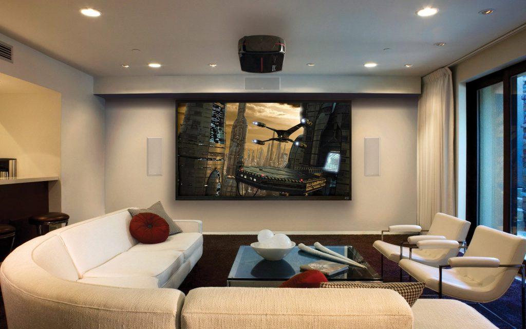 Большой бежевый диван для гостей в гостиной