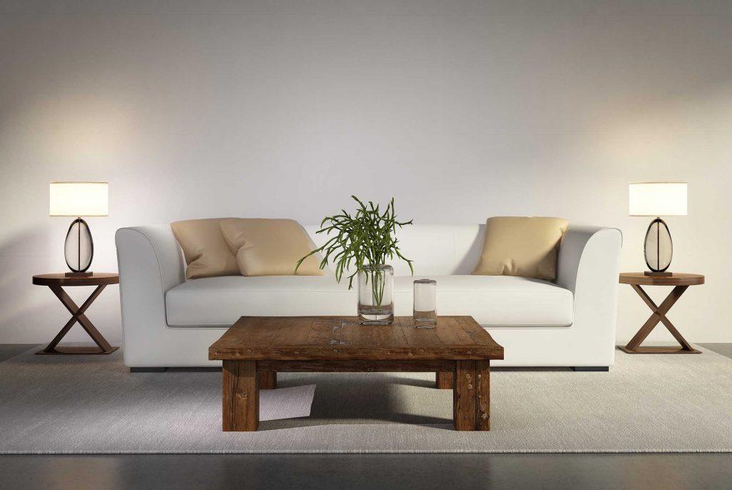 Белый диван с кремовыми подушками в гостиной
