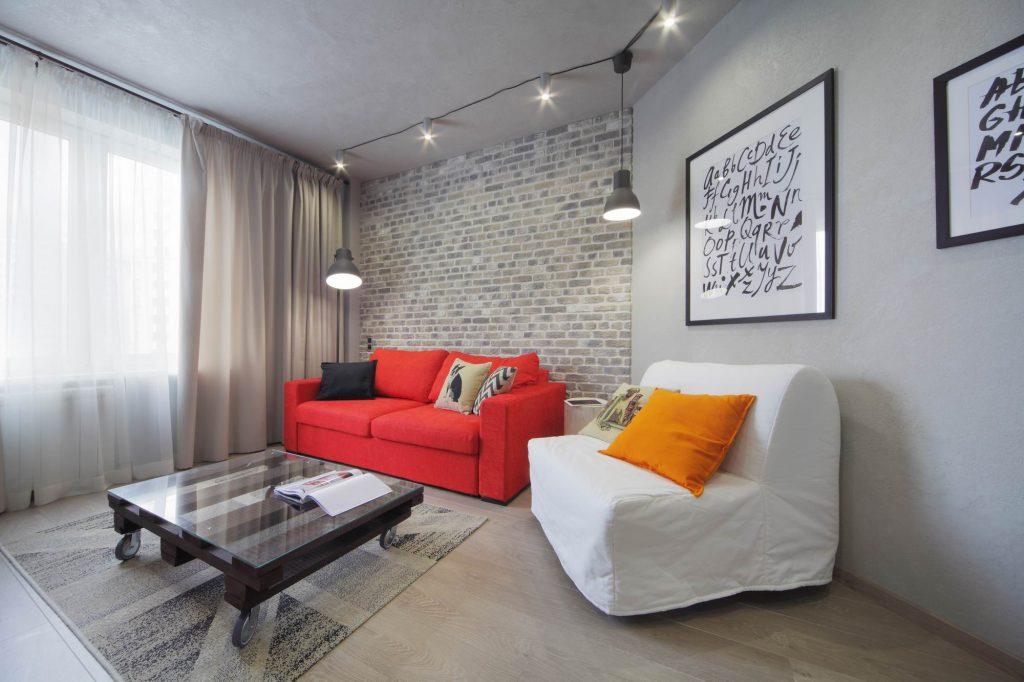 Белый и красный диван хорошо сочетаются в гостиной