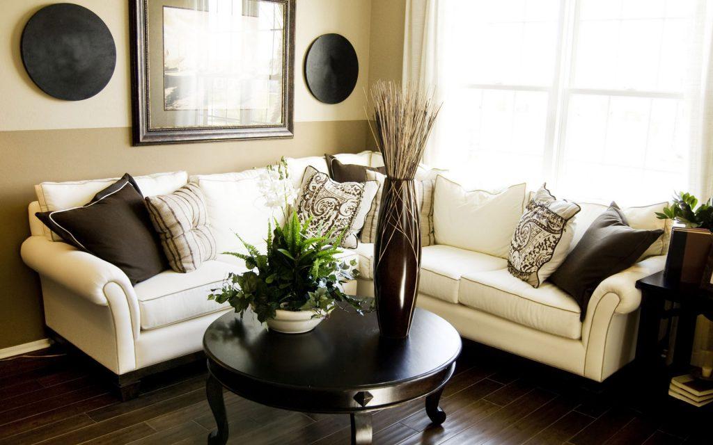 Кремовый угловой диван в гостиной