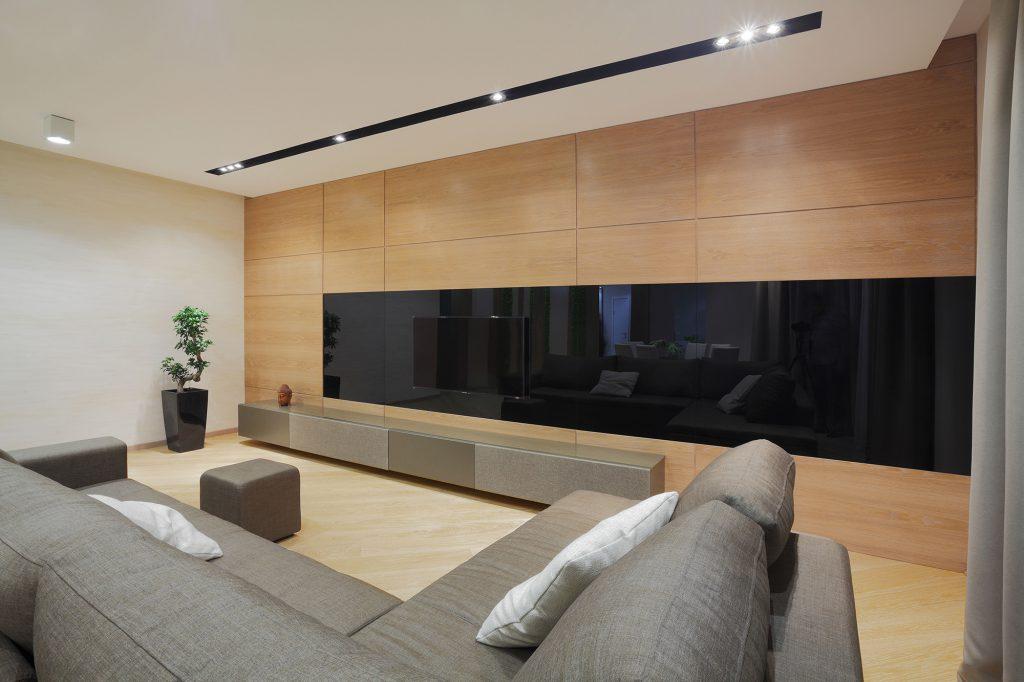 Большой серый диван для всей семьи в гостиной