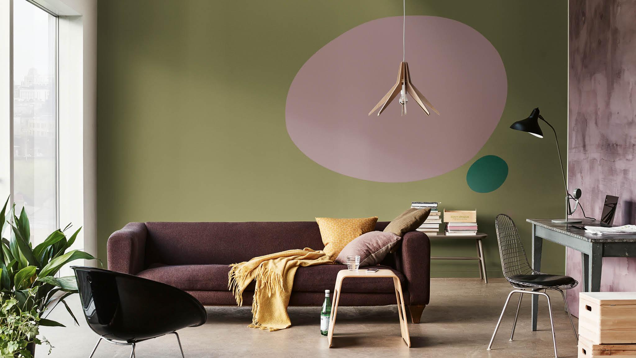 Сочетание коричневого дивана с другими цветами в интерьере