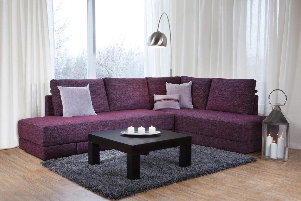 Угловой диван цвета фуксия в гостиной