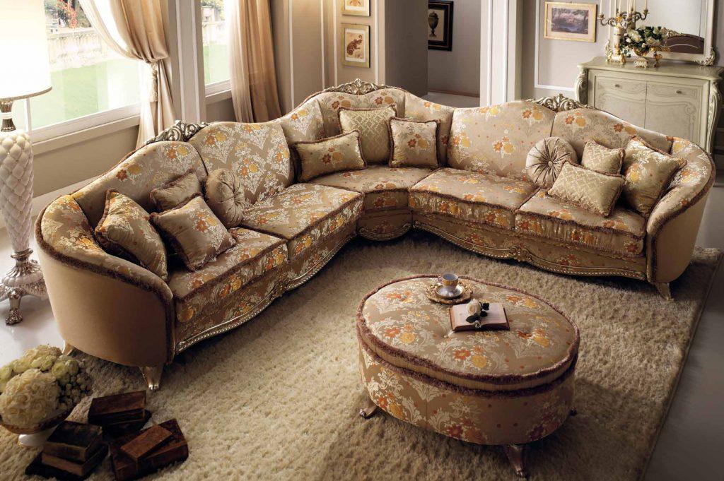Роскошный угловой диван в классическом интерьере гостиной