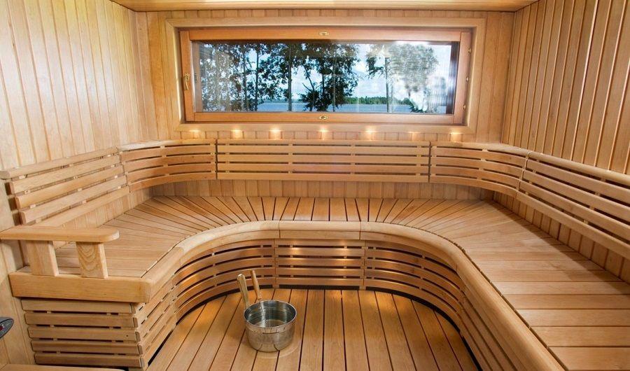 Большая скамья в парилке бани