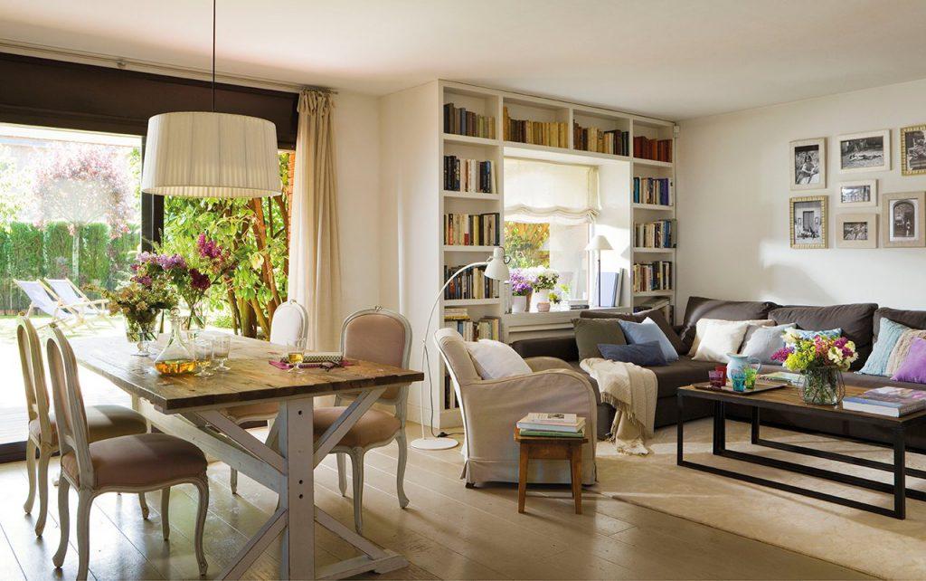 Светлый интерьер гостиной-столовой на даче